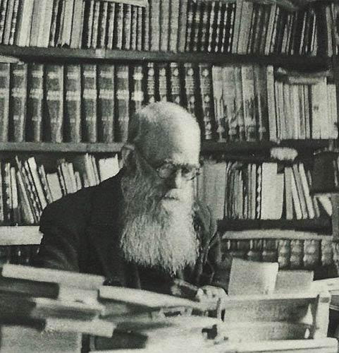 Tomás da Fonseca na biblioteca da sua casa de Mortágua, década de 50. In «Tomás da Fonseca, Missionário do Povo», Luís Filipe Torgal. Lisboa. 2016 [BNP H.G. 73342 V.]